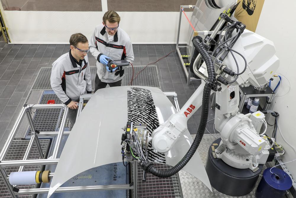 Công nghệ in đột phá trên bề mặt sơn thân xe Porsche - 1