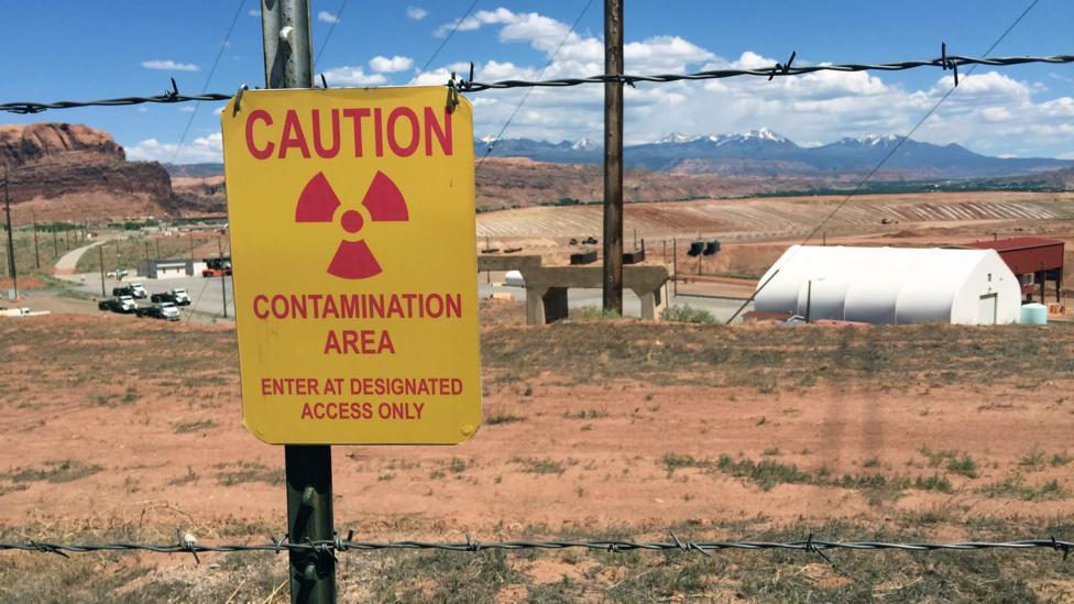 Andrew Walker đã đến thăm các mỏ uranium cũ và rất nhiều địa điểm nhiễm phóng xạ khi đi du lịch