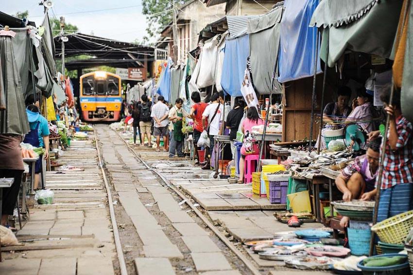 Đi chợ đường tàu ở Samut Songkhram -1