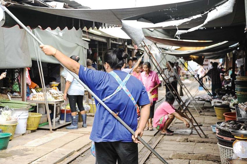 Đi chợ đường tàu ở Samut Songkhram -3