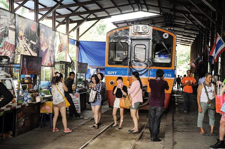 Đi chợ đường tàu ở Samut Songkhram -4