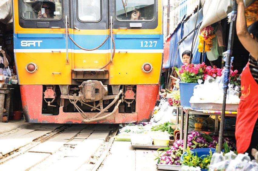 Đi chợ đường tàu ở Samut Songkhram -5