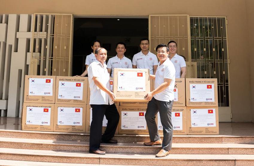 Kiều bào Việt Nam tại Hàn Quốc trao vật tư hỗ trợ phòng dịch Covid-19 - 2