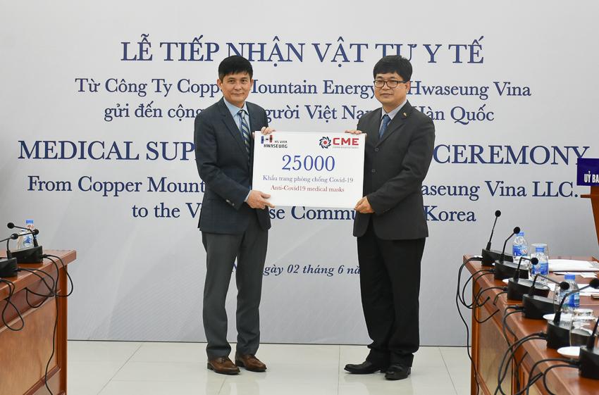 Kiều bào Việt Nam tại Hàn Quốc trao vật tư hỗ trợ phòng dịch Covid-19 - 3