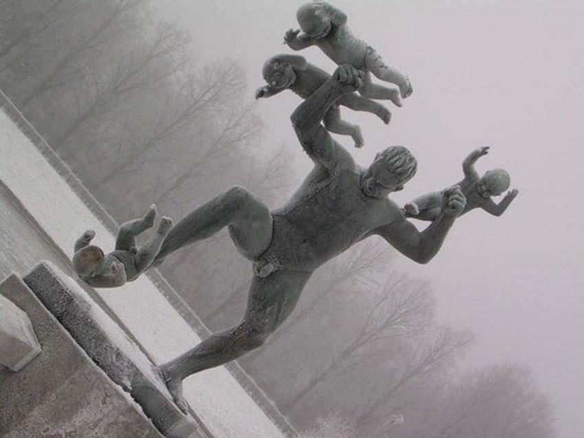 Những bức tượng kỳ lạ được tạo ra từ những cơn ác mộng -1