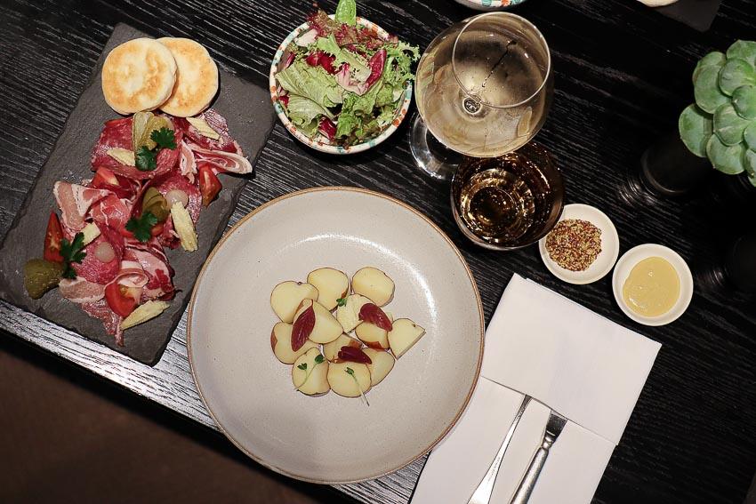 Thưởng thức món phô mai Raclette hấp dẫn đến từ Thụy Sĩ - 1