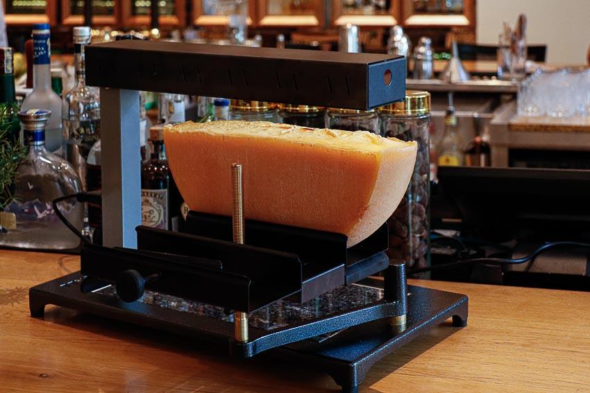 Thưởng thức món phô mai Raclette hấp dẫn đến từ Thụy Sĩ - 2