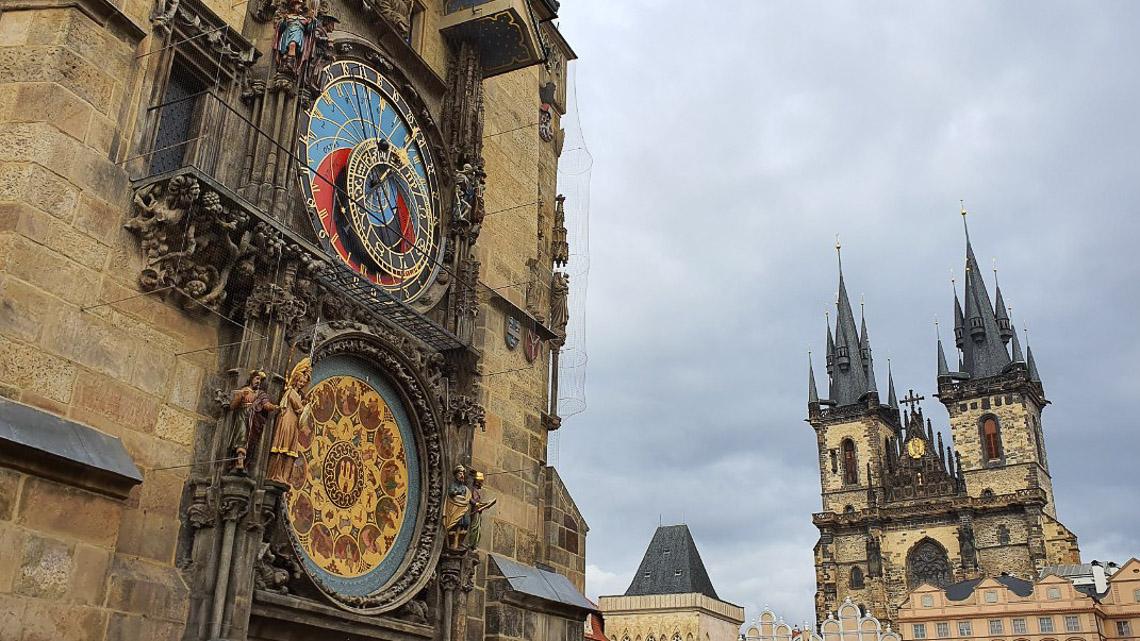 Đồng hồ thiên văn ở Praha và nghi thức chuyển giờ kỳ lạ - 09