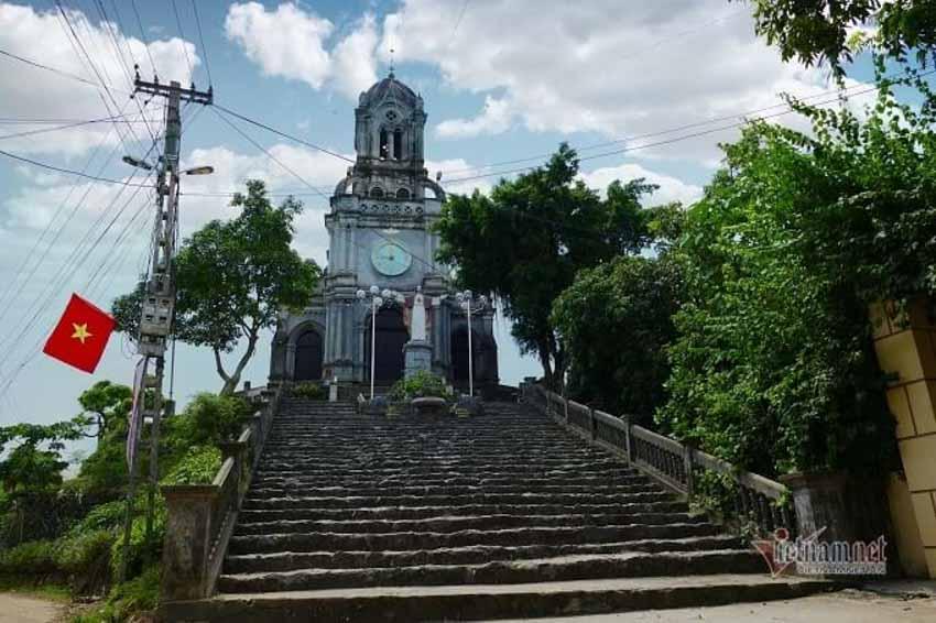 Chuyện chưa kể về nhà thờ hơn 100 tuổi nằm trên mỏm núi hình con rùa -1