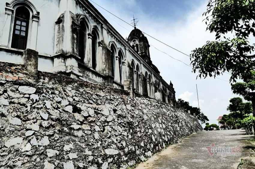 Chuyện chưa kể về nhà thờ hơn 100 tuổi nằm trên mỏm núi hình con rùa -7