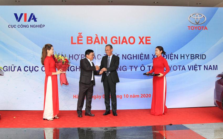 Toyota Việt Nam bàn giao xe Camry Hybrid cho Bộ Công Thương theo dõi vận hành xe công nghệ - 2