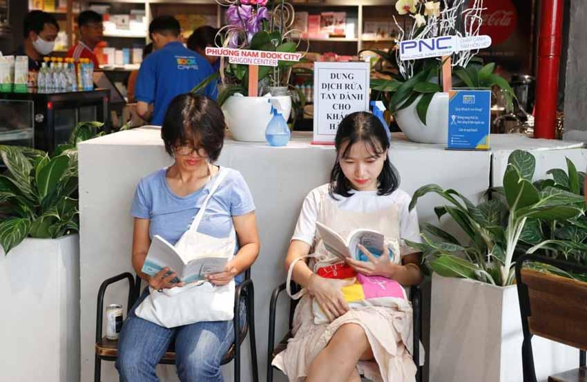 Nhà văn Nguyễn Ngọc Tư ký tặng sách cho hàng trăm bạn đọc Sài Gòn -1