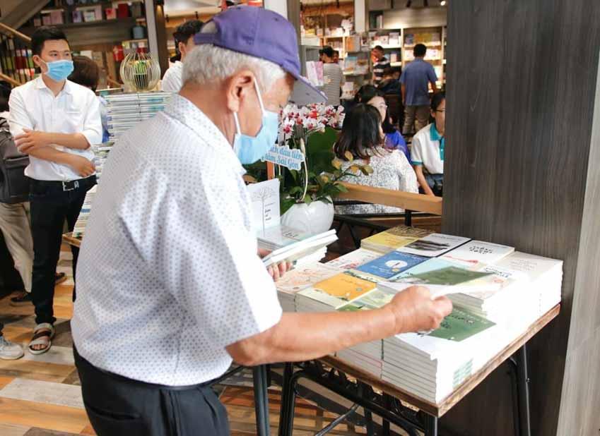 Nhà văn Nguyễn Ngọc Tư ký tặng sách cho hàng trăm bạn đọc Sài Gòn -2