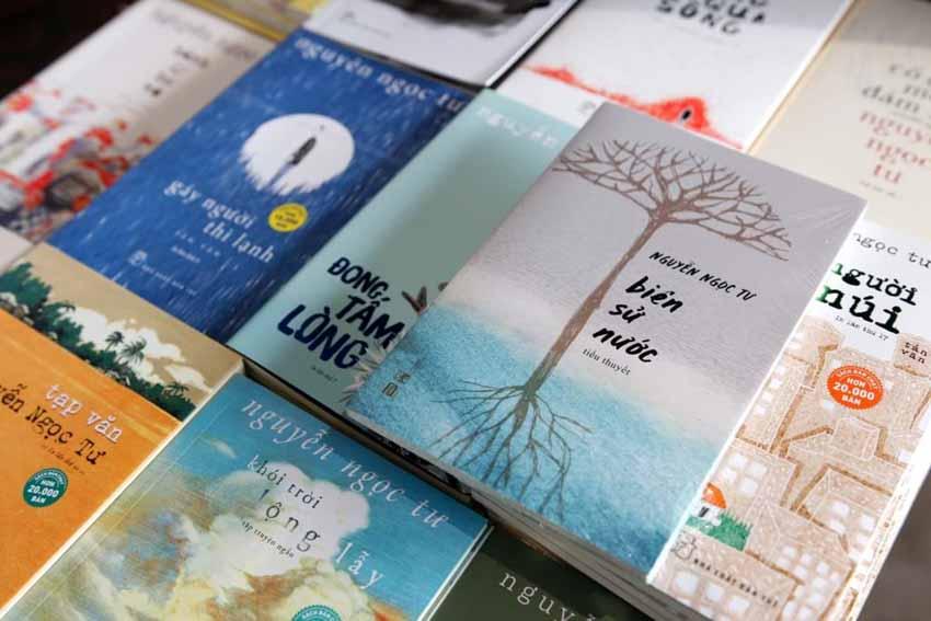 Nhà văn Nguyễn Ngọc Tư ký tặng sách cho hàng trăm bạn đọc Sài Gòn -3