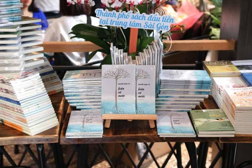 Nhà văn Nguyễn Ngọc Tư ký tặng sách cho hàng trăm bạn đọc Sài Gòn -4