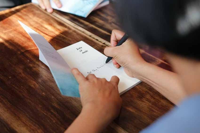 Nhà văn Nguyễn Ngọc Tư ký tặng sách cho hàng trăm bạn đọc Sài Gòn -7