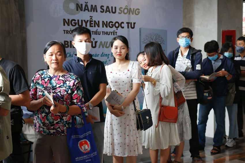 Nhà văn Nguyễn Ngọc Tư ký tặng sách cho hàng trăm bạn đọc Sài Gòn -8