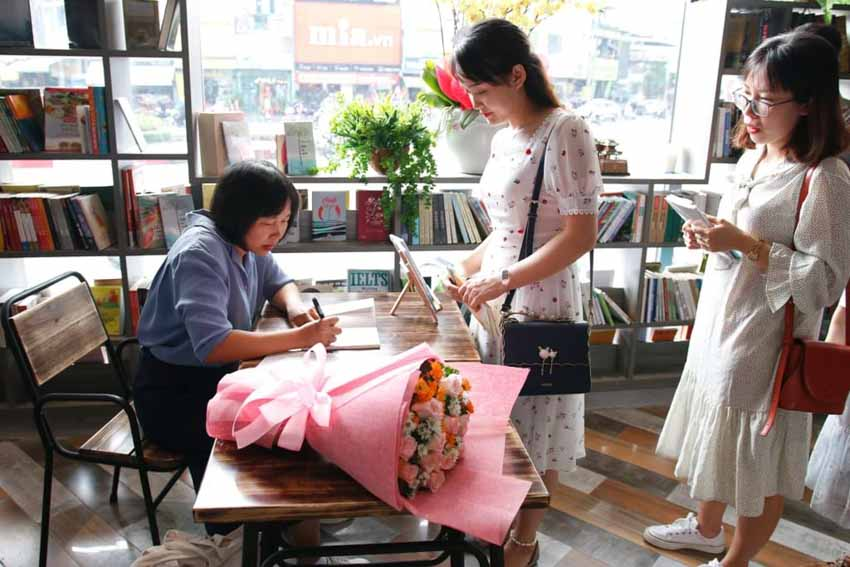 Nhà văn Nguyễn Ngọc Tư ký tặng sách cho hàng trăm bạn đọc Sài Gòn -9