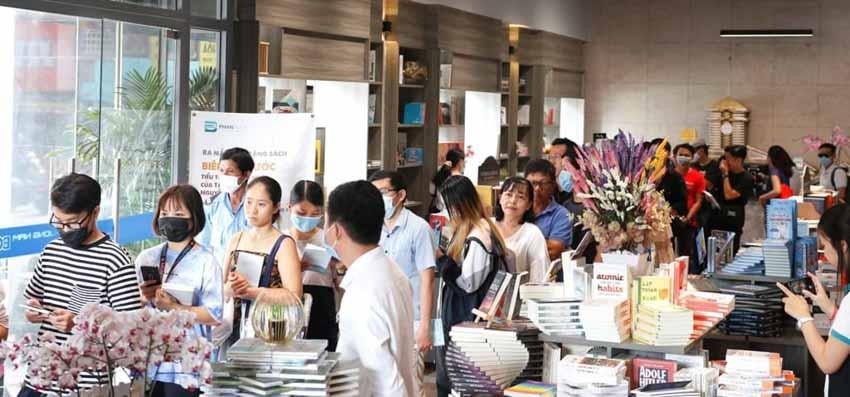 Nhà văn Nguyễn Ngọc Tư ký tặng sách cho hàng trăm bạn đọc Sài Gòn -10