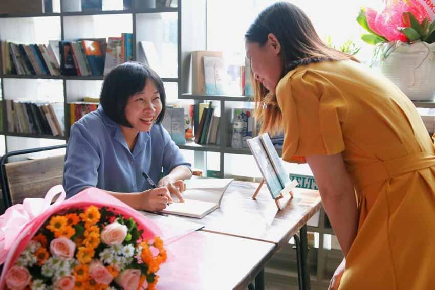 Nhà văn Nguyễn Ngọc Tư ký tặng sách cho hàng trăm bạn đọc Sài Gòn -11