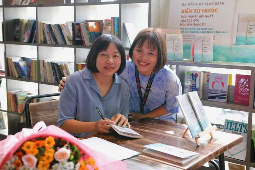 Nhà văn Nguyễn Ngọc Tư ký tặng sách cho hàng trăm bạn đọc Sài Gòn -12