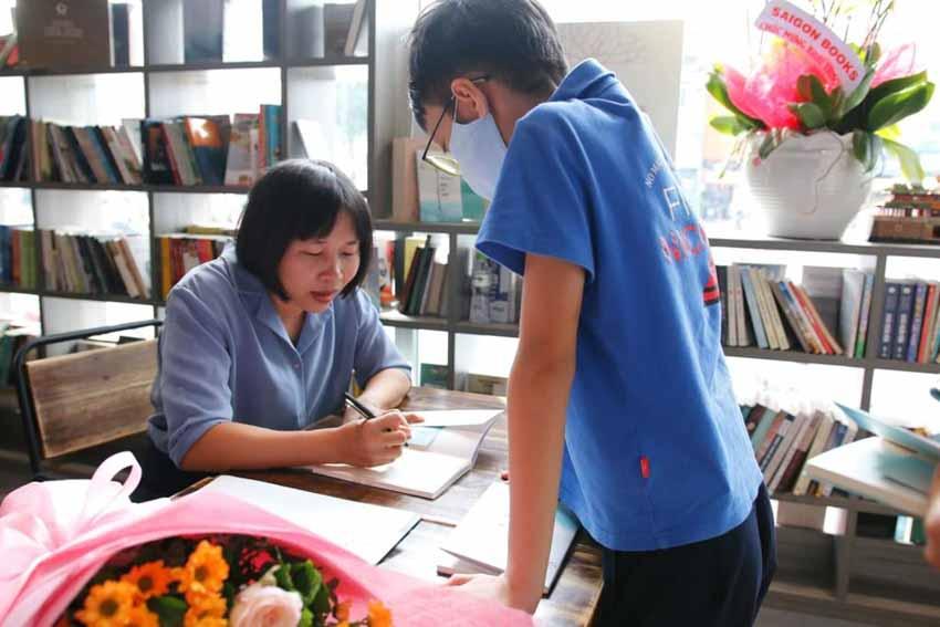 Nhà văn Nguyễn Ngọc Tư ký tặng sách cho hàng trăm bạn đọc Sài Gòn -13