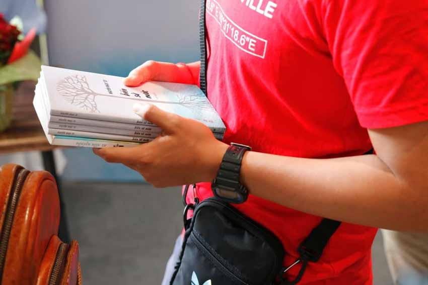Nhà văn Nguyễn Ngọc Tư ký tặng sách cho hàng trăm bạn đọc Sài Gòn -14
