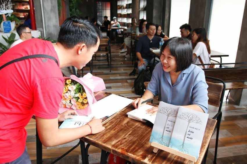 Nhà văn Nguyễn Ngọc Tư ký tặng sách cho hàng trăm bạn đọc Sài Gòn -15