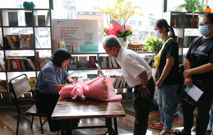 Nhà văn Nguyễn Ngọc Tư ký tặng sách cho hàng trăm bạn đọc Sài Gòn -16