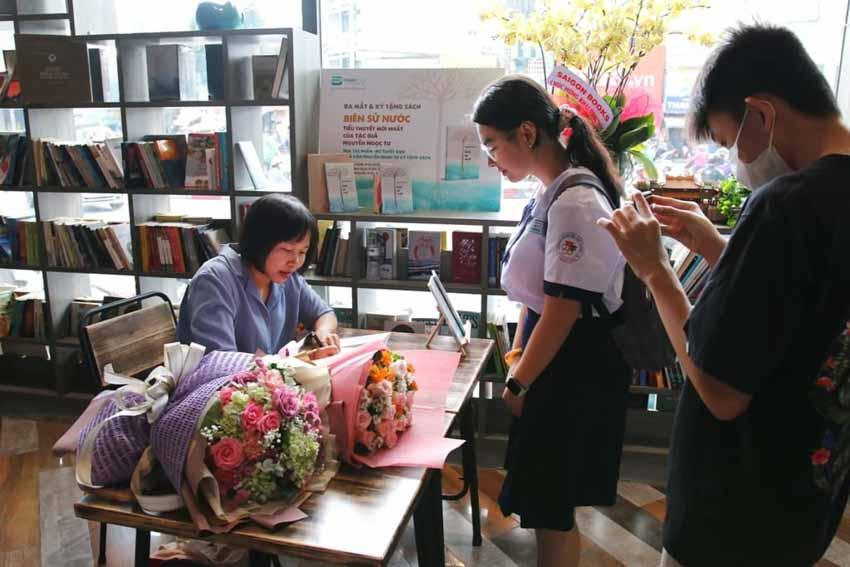 Nhà văn Nguyễn Ngọc Tư ký tặng sách cho hàng trăm bạn đọc Sài Gòn -17