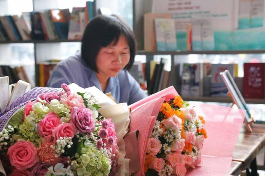Nhà văn Nguyễn Ngọc Tư ký tặng sách cho hàng trăm bạn đọc Sài Gòn -18