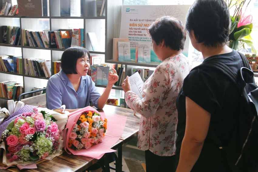 Nhà văn Nguyễn Ngọc Tư ký tặng sách cho hàng trăm bạn đọc Sài Gòn -19