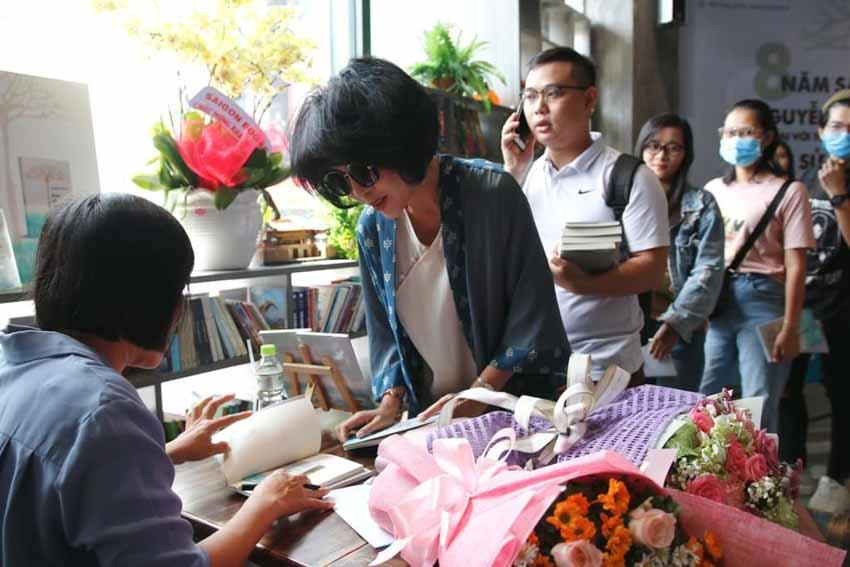 Nhà văn Nguyễn Ngọc Tư ký tặng sách cho hàng trăm bạn đọc Sài Gòn -20