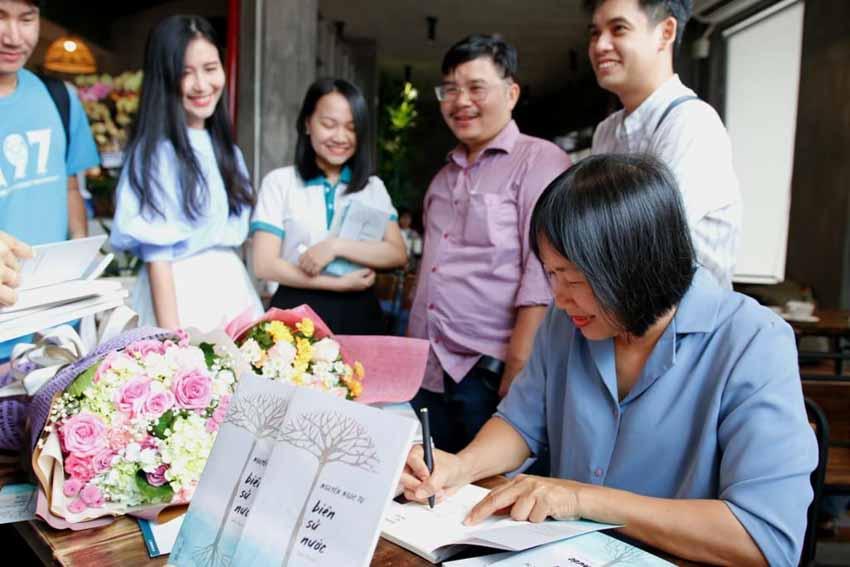 Nhà văn Nguyễn Ngọc Tư ký tặng sách cho hàng trăm bạn đọc Sài Gòn -21