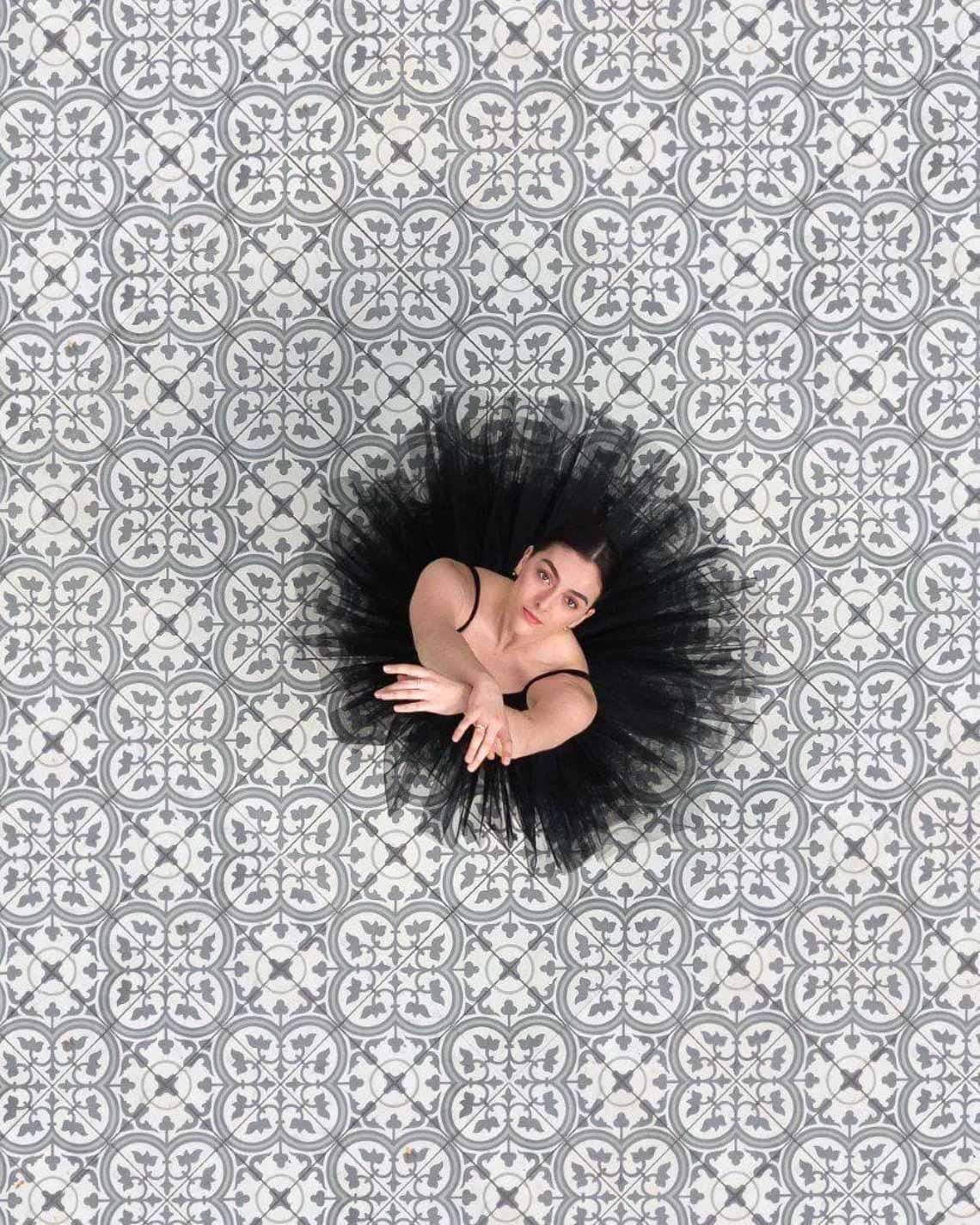 Vẻ đẹp của vũ công múa ballet qua góc chụp từ trên cao -2