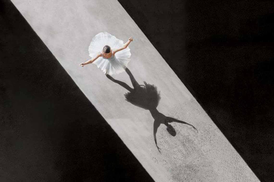 Vẻ đẹp của vũ công múa ballet qua góc chụp từ trên cao -3