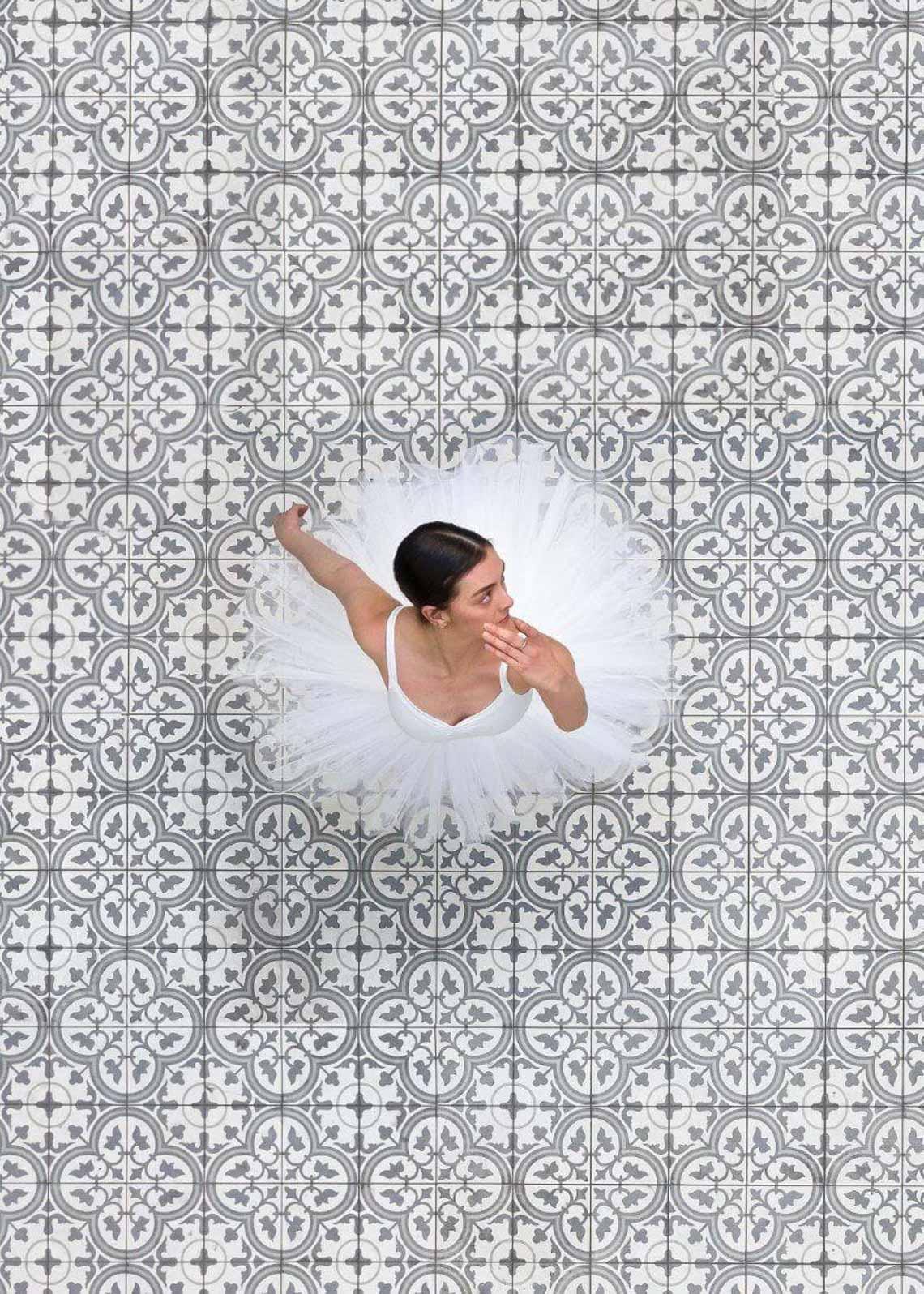 Vẻ đẹp của vũ công múa ballet qua góc chụp từ trên cao -4