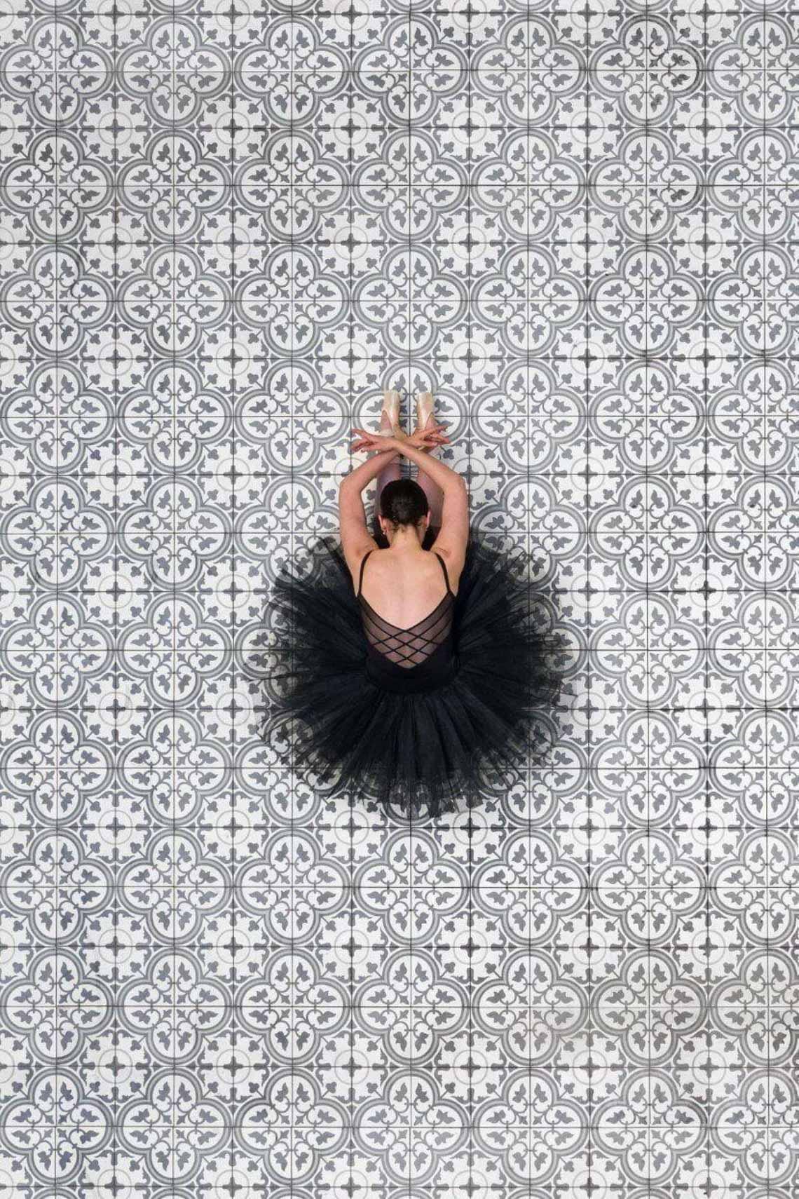 Vẻ đẹp của vũ công múa ballet qua góc chụp từ trên cao -6