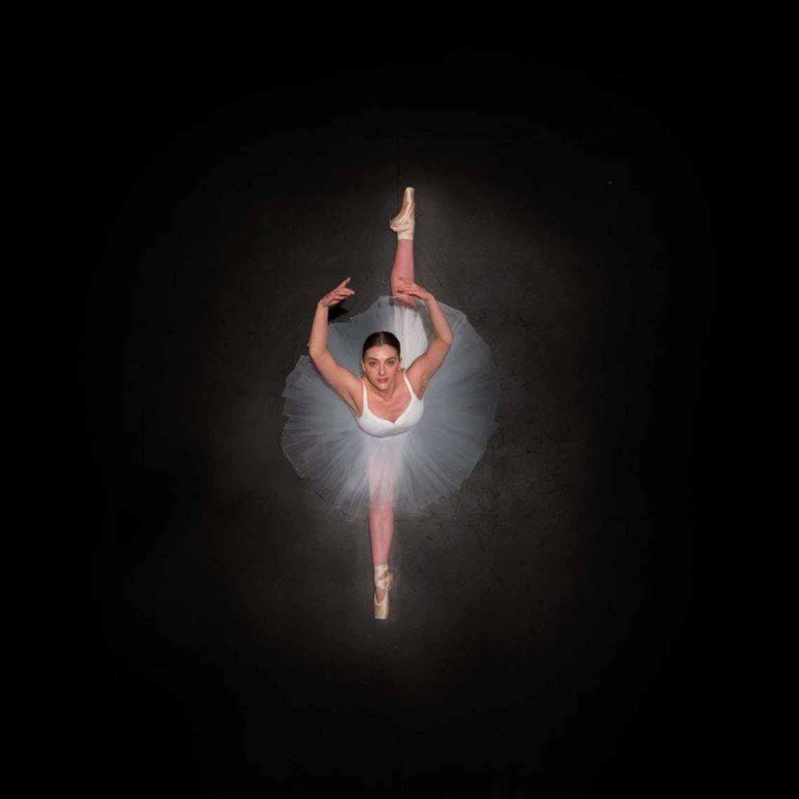 Vẻ đẹp của vũ công múa ballet qua góc chụp từ trên cao -7