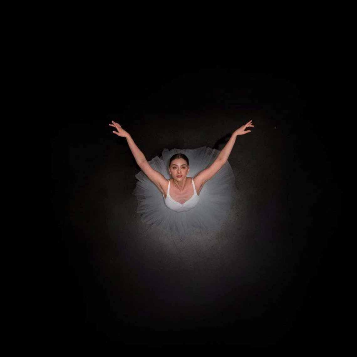 Vẻ đẹp của vũ công múa ballet qua góc chụp từ trên cao -8