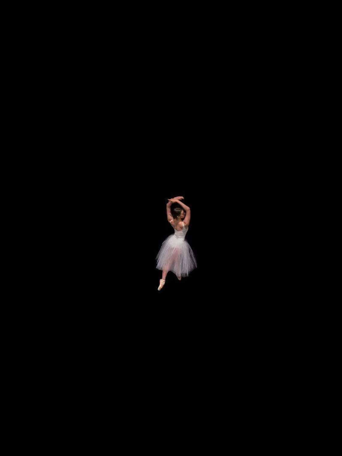 Vẻ đẹp của vũ công múa ballet qua góc chụp từ trên cao -9
