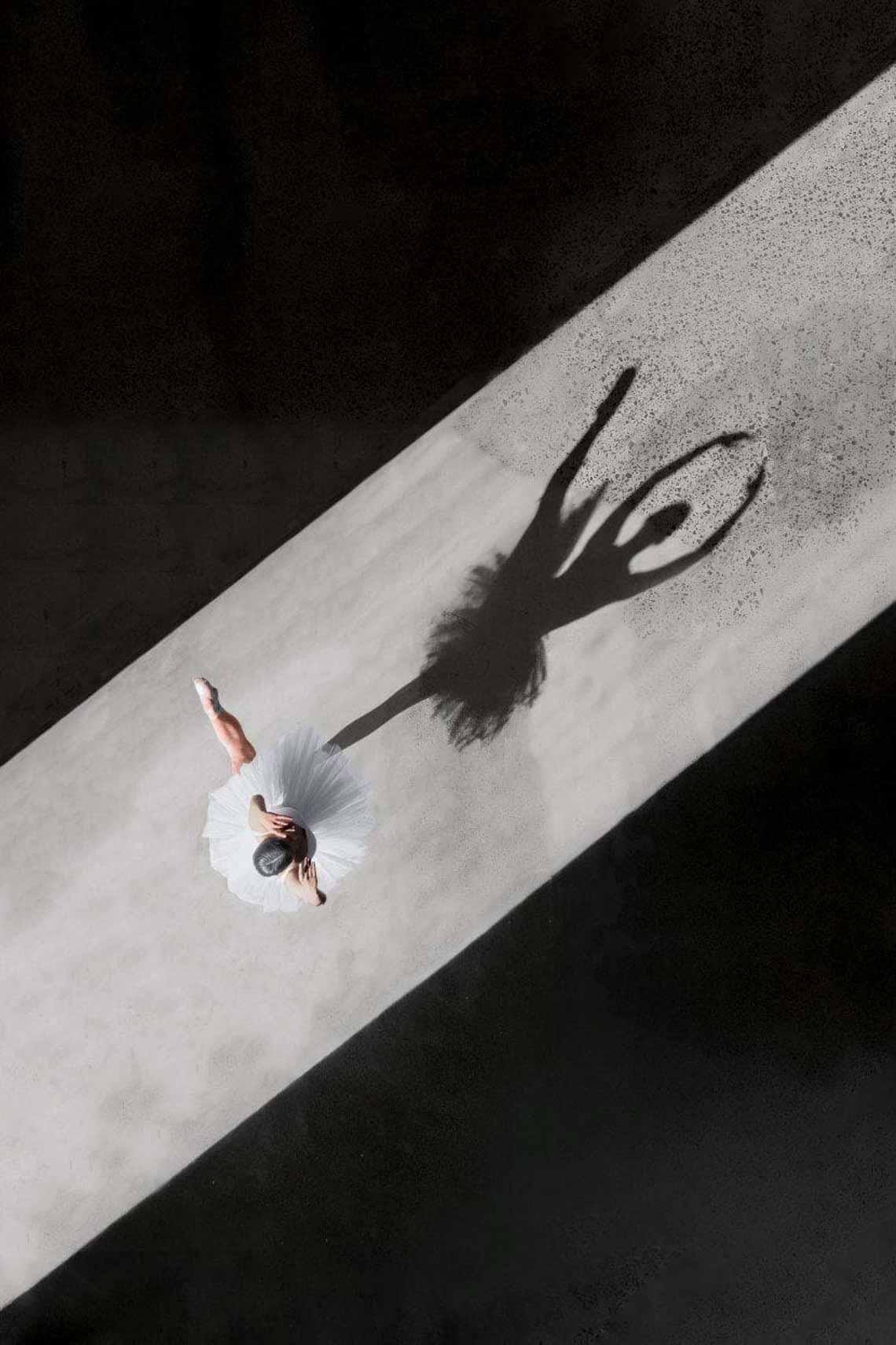 Vẻ đẹp của vũ công múa ballet qua góc chụp từ trên cao -11
