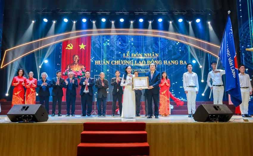 Đại học Văn Lang đón nhận Huân chương Lao động hạng Ba -1