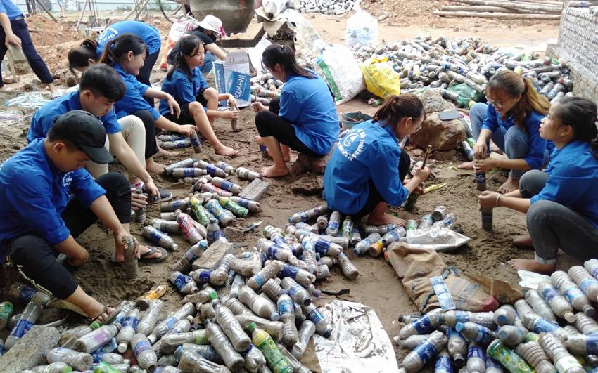 Trao tặng nhà vệ sinh làm bằng gạch chai nhựa đầu tiên tại Việt Nam - 1