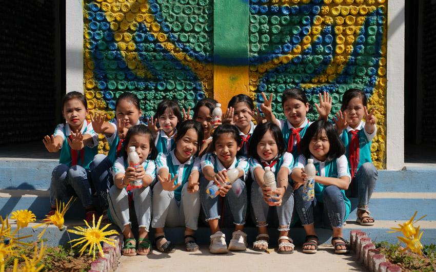 Trao tặng nhà vệ sinh làm bằng gạch chai nhựa đầu tiên tại Việt Nam-6