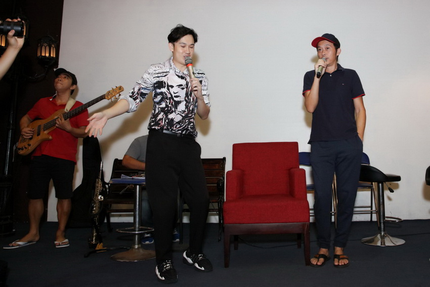 Anh em Hoài Linh , Dương Triệu Vũ tập bài hát tặng mẹ 001