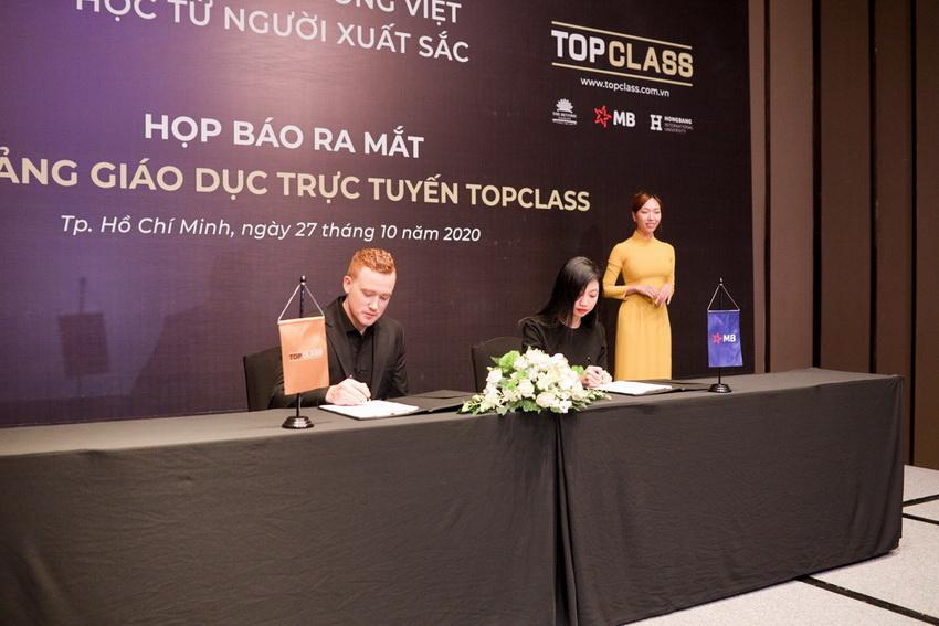 Ra mắt nền tảng lớp học trực tuyến TopClass 003