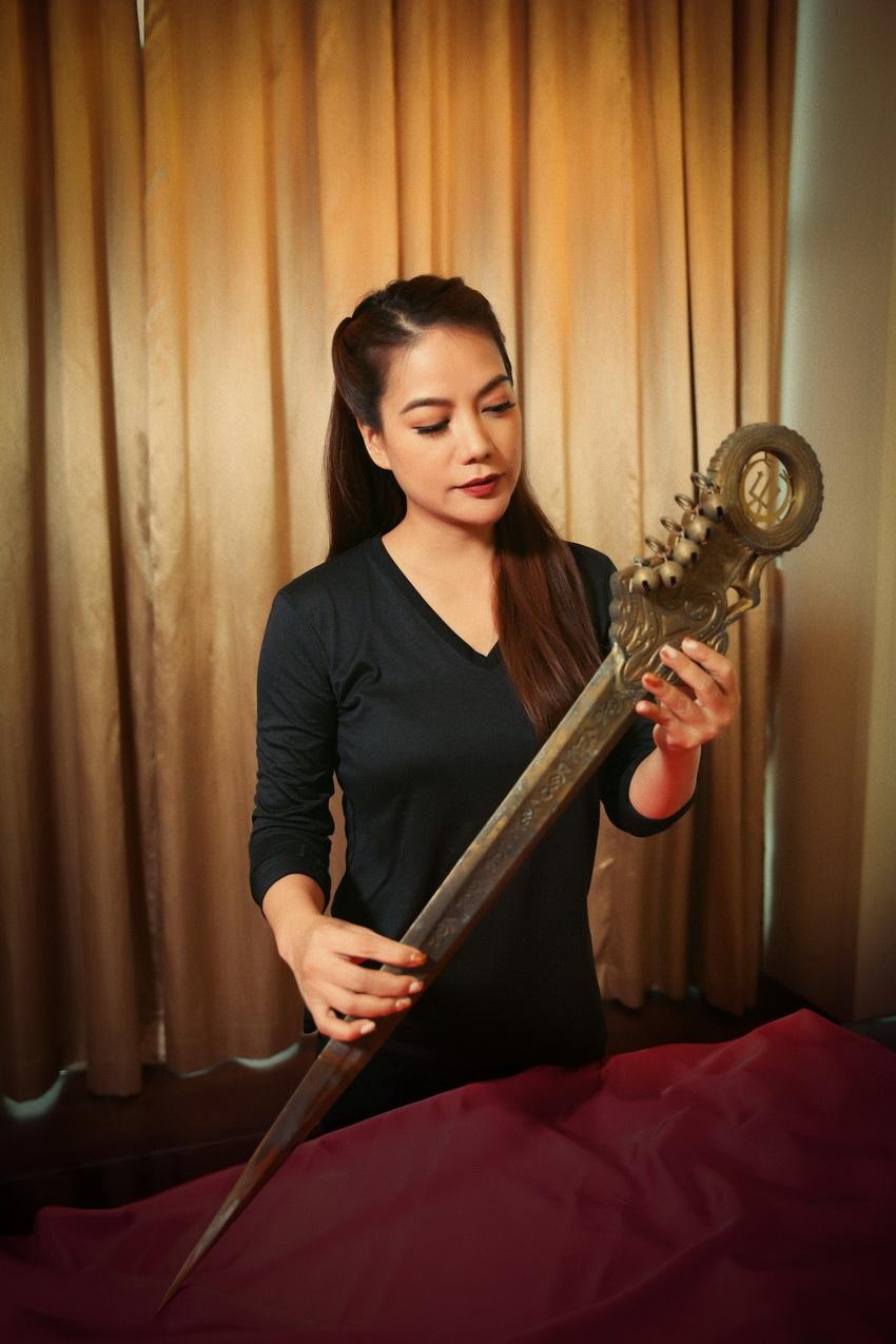 """Trương Ngọc Ánh đăng tin """"tìm"""" chồng, giới thiệu binh khí được thiết kế riêng cho dự án """"Trưng Vương"""" 001"""