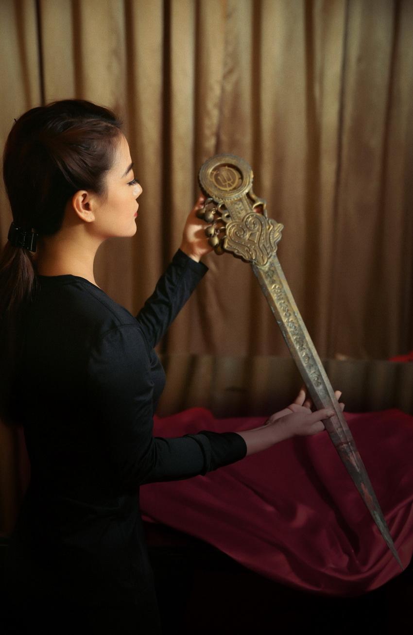 """Trương Ngọc Ánh đăng tin """"tìm"""" chồng, giới thiệu binh khí được thiết kế riêng cho dự án """"Trưng Vương"""" 004"""