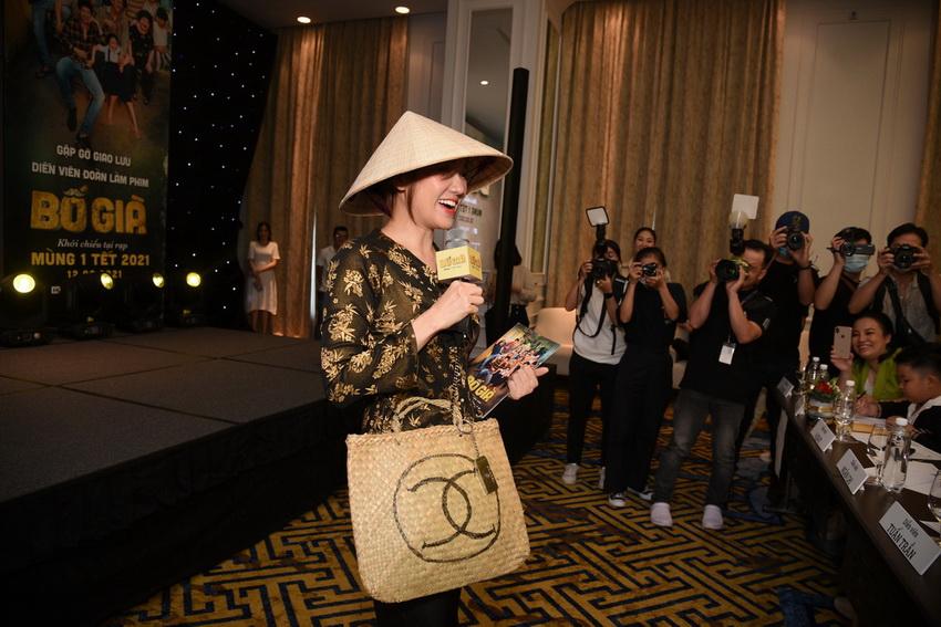 Hari Won diện áo bà ba, đội nón lá đi dự sự kiện của ông xã Trấn Thành 01
